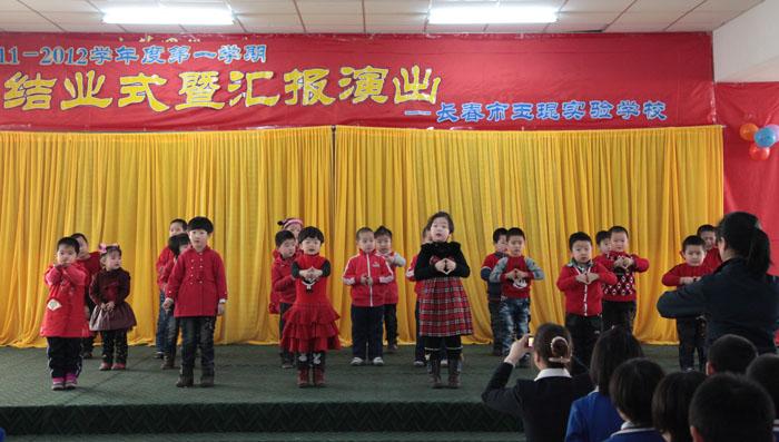 幼儿园的小朋友表演手语歌舞